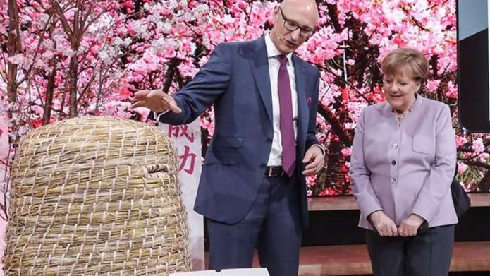 Telekomchef Timotheus Höttges und Bundeskanzlerin Angela Merkel beim CeBIT-Rundgang @ Deutsche Telekom