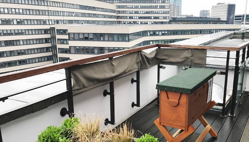 Eine Einraumbeute auf dem Dach einer Hamburger Bank.