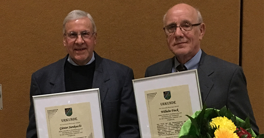 Ehrung der Gemeinde Moorrege für die Vereinsmitglieder Günter Sienknecht (links) und Wilhelm Finck