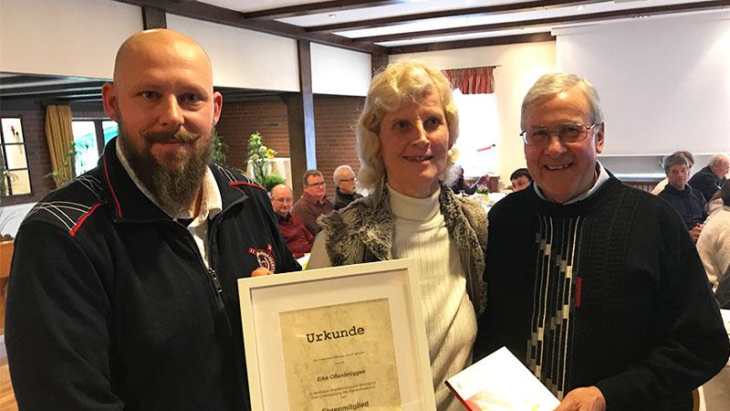 Die Ehrenmitgliedschaft wurde Elke Oßenbrüggen durch Oliver Gimbal (links) und Günter Sienknecht überreicht