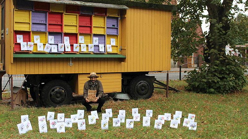 Matthias Kohl mit einem Korb voller Krokuszwiebeln zwischen den Patenschaften.