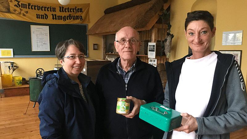 Sonja Befeld (rechts) überreicht die Einnahmen vom Kuchenstand des Imkerfests am Wilhelm Finck. Mit dabei Stefanie Willmann vom Festkomitee.