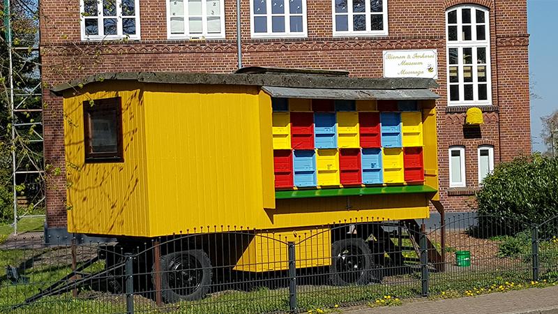 Der bunte Wanderwagen ist ein Blickfang vor dem Museum. Wenn das Museum geöffnet ist, kann man auch den Wagen von innen begehen.