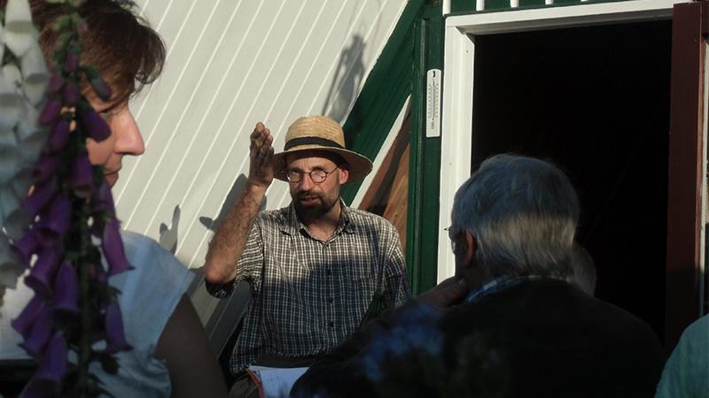 Matthias Kohl, klassisch mit Strohhut, erzählt
