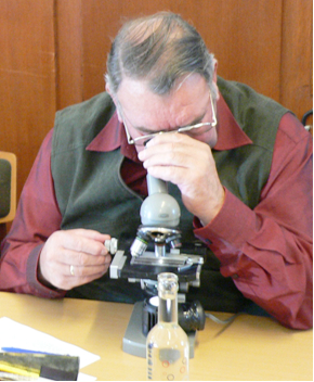 Körmeister Fritz Wohlt vermisst über ein Mikroskop mit Strichskala den Flügelindex von 50 Bienen. Die erfassten Daten wurden für die Körbericht benötigt und gaben Auskunft über den Grad der Reinrassigkeit. Erst danach wurde über die Weiterzucht des Prüfvolkes entschieden.