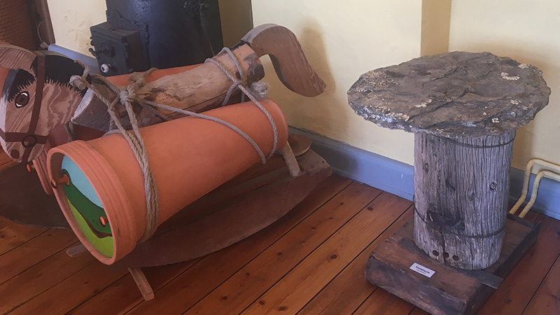 Mit solchen Tonröhren imkert man bis heute in Afrika. Sie konnten sogar mit Eseln transportiert werden. Rechts eine Klotzbeute aus einem hohlen Stamm.