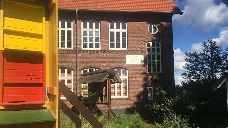 Im Bienengarten vor dem Museum steht auch der Wanderwagen und ein großes Insektenhotel mit Informationen über alle Arten von Wildbienen.