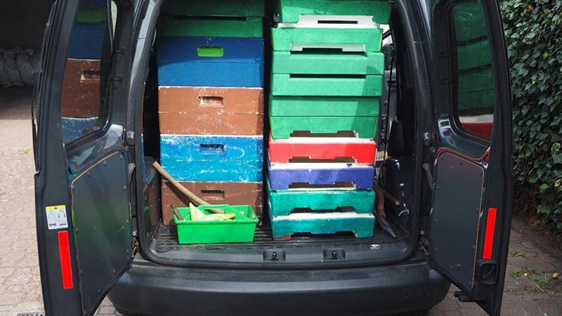 Nun kann der Imker seine Beuten wieder mit nach Hause nehmen. Sie sind jetzt von der Faulbrut saniert – Foto: Damaske